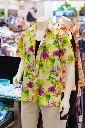 garderobe: Dummy in hawaiian shirt  in a shop