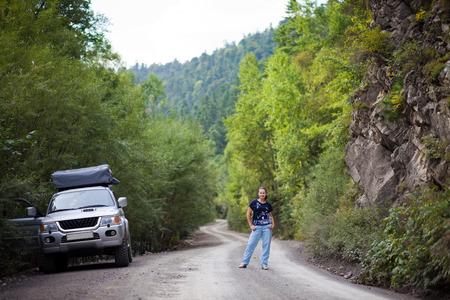 lejano oriente: Mujer y SUV en el ruano bosque en el Lejano Oriente de Rusia