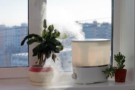 Luftbefeuchter Verbreitung Dampf in das Wohnzimmer Standard-Bild - 35292967