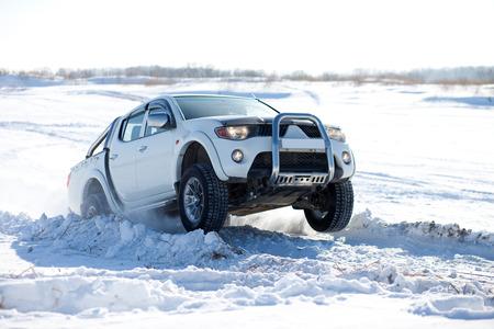 camioneta pick up: Blanco camión que viaja en la nieve