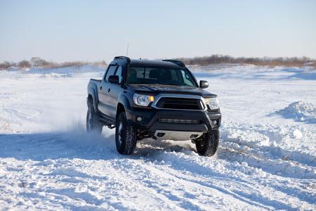 Camion noir voyager dans la neige Banque d'images - 36438211