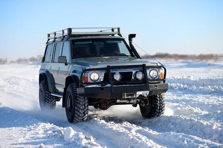 Klassische SUV unterwegs im Schnee Standard-Bild - 36438212