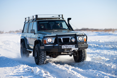 Khabarovsk, Russland - 31. Januar 2015: Nissan Patrol in Off-Road Winter Sprintrennen Standard-Bild - 46768296