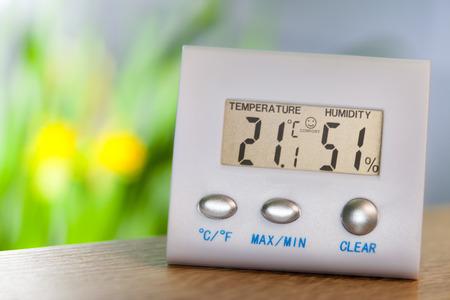 Higrómetro sobre una mesa muestra temperatura de confort y humedad