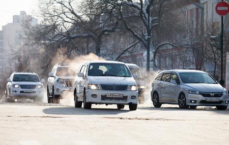 KHABAROVSK, RUSSIA - DECEMBER 16, 2017: Cars on a crossroad in winter city Standard-Bild - 110497831