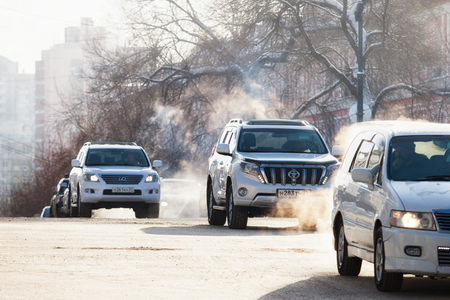 KHABAROVSK, RUSSIA - DECEMBER 16, 2017: Cars on a crossroad in winter city Standard-Bild - 110497832
