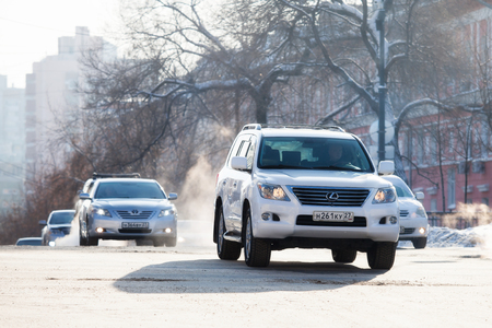 KHABAROVSK, RUSSIA - DECEMBER 16, 2017: Cars on a crossroad in winter city Standard-Bild - 110497833