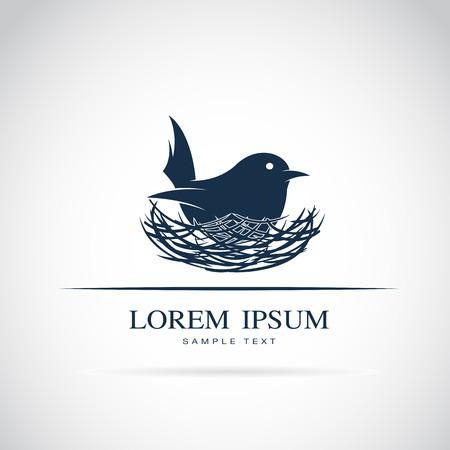 tatouage oiseau: Vector image d'un oiseau éclore son ?uf dans le nid sur fond blanc Illustration
