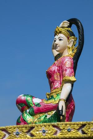 madre tierra: Imagen de la estatua de una mujer hermosa en el fondo del cielo. La escultura de la madre tierra santa.