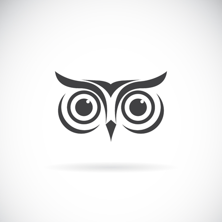 Vector of an owl face design on white background. Bird logo. Wild Animals. Easy editable layered vector illustration.  イラスト・ベクター素材