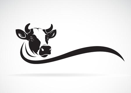 Vettore del disegno della testa della mucca su priorità bassa bianca, animale da fattoria, illustrazione di vettore. Facile illustrazione vettoriale modificabile a strati.