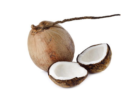 aceite de coco: coco maduro para el aceite de la preparación y la leche de coco en el fondo blanco Foto de archivo