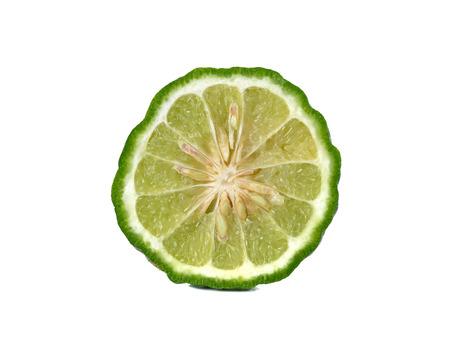 sanguijuela: primer medio cortado bergamota fresca o sanguijuela cal en el fondo blanco