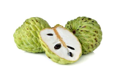 chirimoya: fruta chirimoya en el fondo blanco