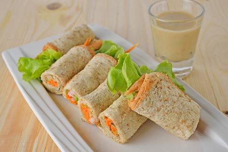 bocadillo: sándwich de rollo de atún con mayonesa y salsa de sésamo en la placa