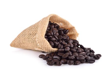 frijoles: granos de caf� en la bolsa en el fondo blanco Foto de archivo