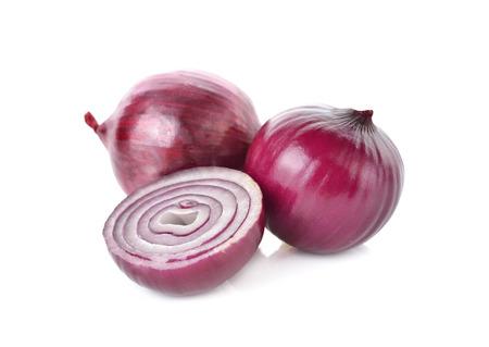 cebolla roja: conjunto y medio cortar la cebolla roja, la cebolla en el fondo blanco Foto de archivo