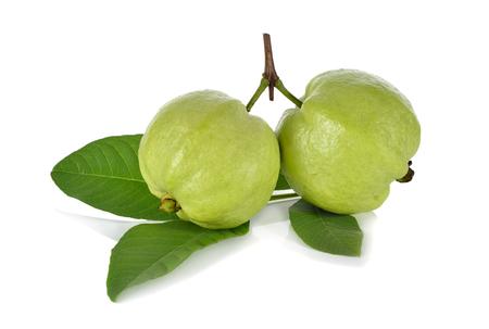 guayaba: Guayaba fresca entera con hojas del tallo en el fondo blanco