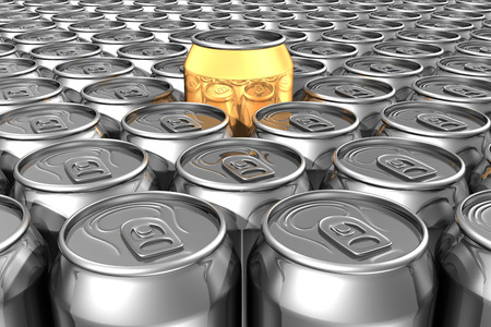 gold cans: Oro di sodio pu� in piedi fuori di lattine di soda d'argento Archivio Fotografico