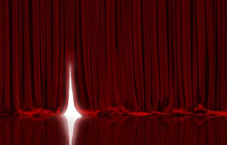 telon de teatro: Apertura de la cortina roja en el escenario del teatro o el cine. Foto de archivo
