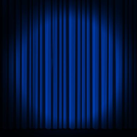 Blauw gordijn met spot licht op theater of bioscoop podium.