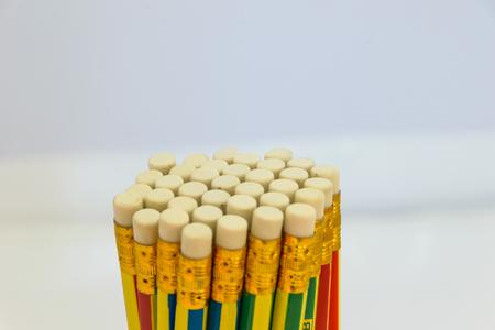 borrador lápices fila concepto, objeto aislado, fondo blanco