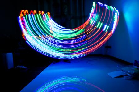 マルチの起源の動きがある場合は、パスの美しい照明ライトの色。遅い撮影スタイルと光の色は、背景として適用をぼかし。 写真素材