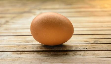 朝食を作る新鮮な卵料理。栄養価の高いなどの高コレステロールに置かれている竹木製テーブル見て自然な感じ。
