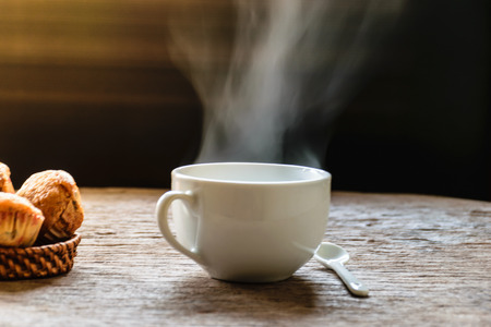 Tè e dessert caldi e vecchia lanterna su vecchio di legno con il fondo nero di colore, concetto sano del menu della prima colazione. Archivio Fotografico