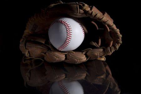 gant de baseball: Le baseball et le gant de baseball sur fond noir avec refelction en verre.