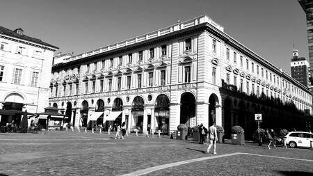 Turijn, Italië - 24-10-2019: een geweldig bijschrift van de stad Turijn op een mooie zonnige dag. Gedetailleerde fotografie van de oude gebouwen in het stadscentrum. Stockfoto