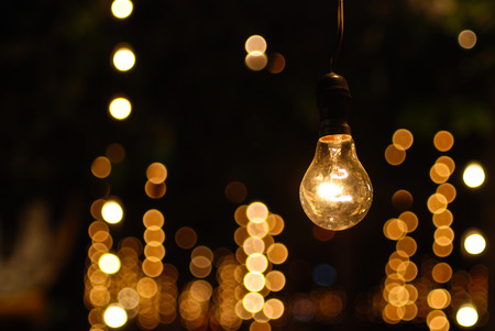 bombillo: la luz una bombilla de pie a solas con muchos bokeh