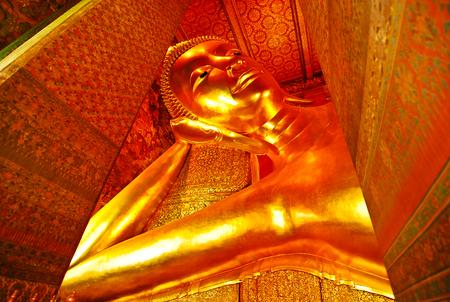 cabeza de buda: la imagen de buda de color oro en el templo de Tailandia Bangkok