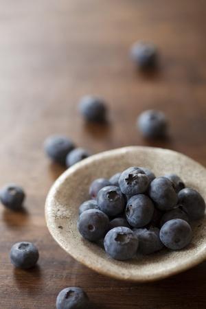木製のテーブルの上のブルーベリー