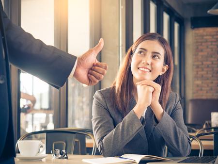 De werkgever  de werkgever bewondert aan jonge Aziatische onderneemster  personeel  werknemer met glimlachend gezicht voor haar succes en goed  het best in het werk.