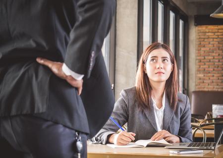 Agressieve  boze werkgever die Aziatische bedrijfsvrouw (toevallige eenvormig) klagen in koffiekantoor