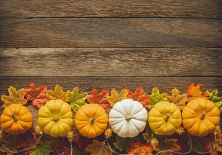 Thanksgiving background, pumpkin, leaves and decoration on wood table background with copy space. flatlay 스톡 콘텐츠