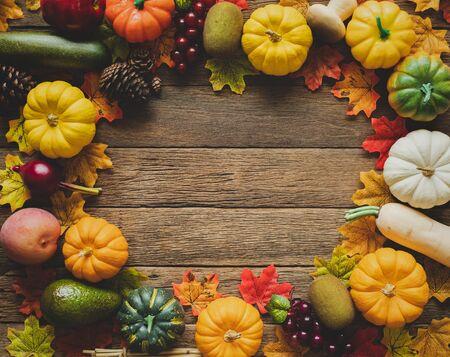 Thanksgiving-Hintergrund, Kürbis, Blätter und Dekoration auf Holztischhintergrund mit Kopienraum. flach