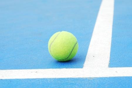 end line: pelota de tenis en el campo corte en la l�nea de fondo