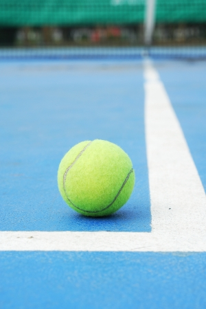 pelota de tenis en la l�nea final cornerof photo