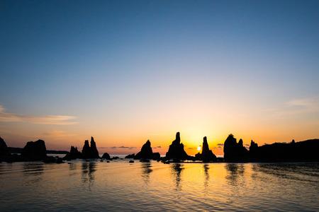 amanecer: rompiendo el amanecer de Hashikuiiwa roca, �rea de Kushimoto, Wakayama, Jap�n