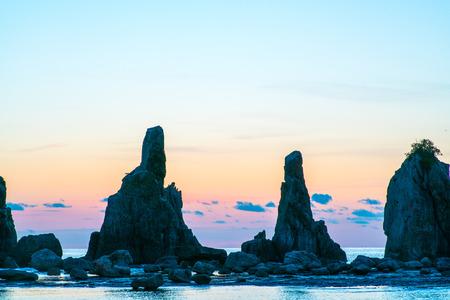 rompiendo el amanecer de Hashikuiiwa roca, área de Kushimoto, Wakayama, Japón