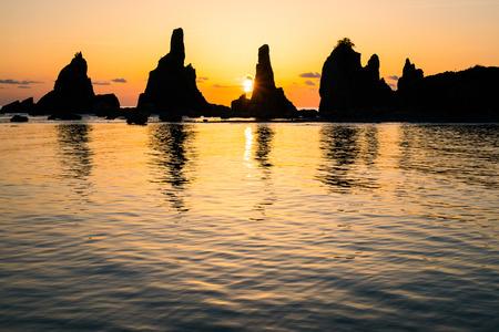 rompiendo el amanecer de Hashikuiiwa roca, área de japón, área de Kushimoto, Wakayama, Wakayama, Japón Foto de archivo