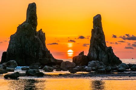 rompiendo el amanecer de Hashikuiiwa roca, área de japón, área de Kushimoto, Wakayama, Wakayama, Japón