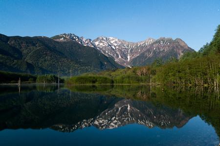 早朝、春上高地大正池池で、長野、日本します。