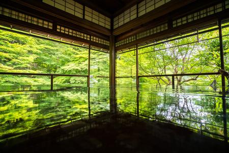 日本の寺、京都観光で瑠璃光