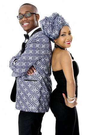 mujeres elegantes: Hermosa pareja vestida con ropa tradicional africana, en estudio, sobre blanco Foto de archivo