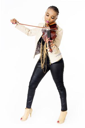 Young Beautiful femme africaine joue du violon, de la mode, Cadrage en pied, Prise de vue en studio, isolé sur blanc