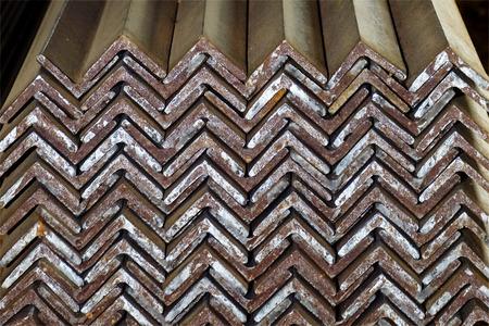 bunched: Primo piano di acciaio zincato Angles troppo ravvicinati, pronto per la spedizione Archivio Fotografico