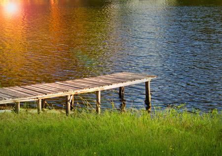 Muelle en el lago con brillo de sol Stock Photo